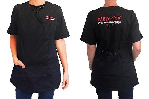LAURA / Femme / sourire / blouse noire / fermeture noire /pressions arrières