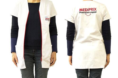 Femme / sourire / blouse blanche / fermeture rouge /simple