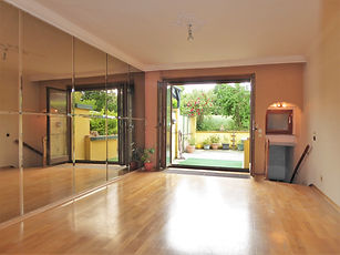 Wohnzimmer mit Ausgang zur Terrasse.jpg