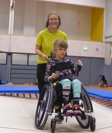 Mädchen im Rollstuhl mit einer Trainerin vom Sportverein Eidelstedt
