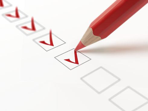 Eine Liste zur Qualitätskontrolle, wobei jedes geprüfte Element als erledigt abgehakt ist.