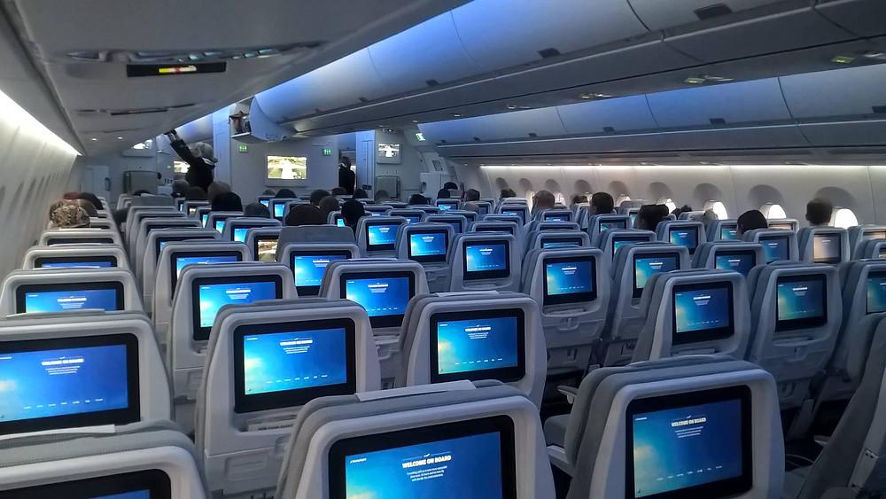 Die Kabine des Airbus A350 mit Ambient Light und viel Komfort