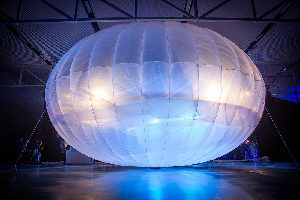 Der Loon-Ballon in einem Hangar