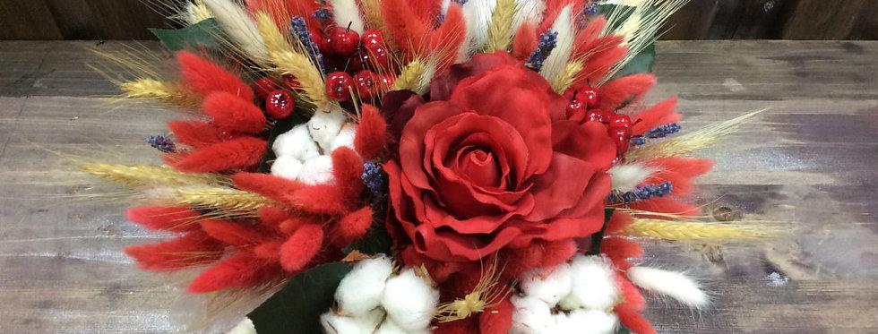 Композиция из сухоцветов красная.