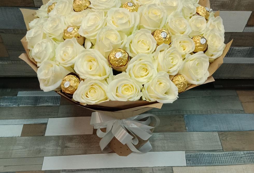 Белые розы 51шт с конфетами FERRERO ROCHER