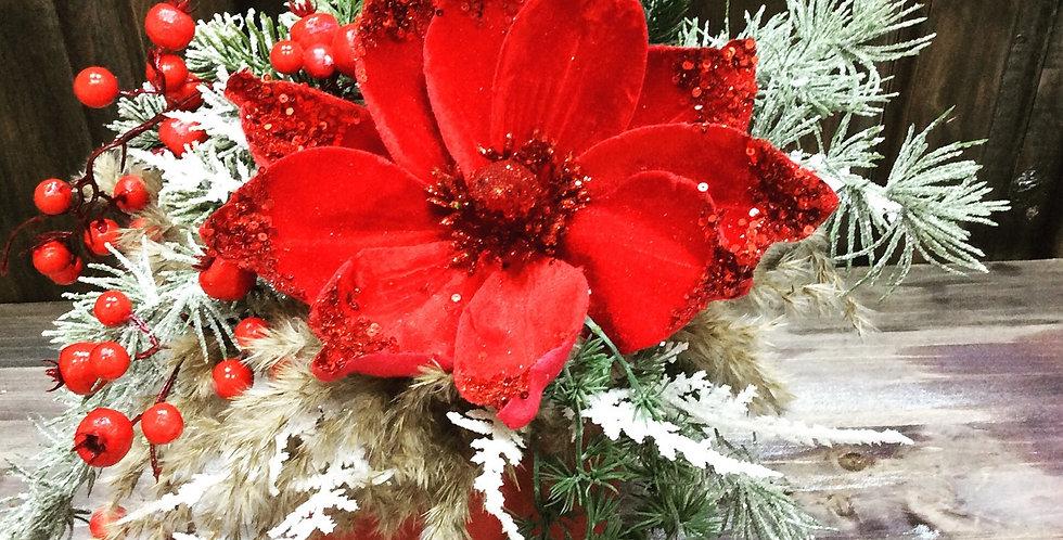 Новогодняя композиция из искусственных цветов и еловых веток