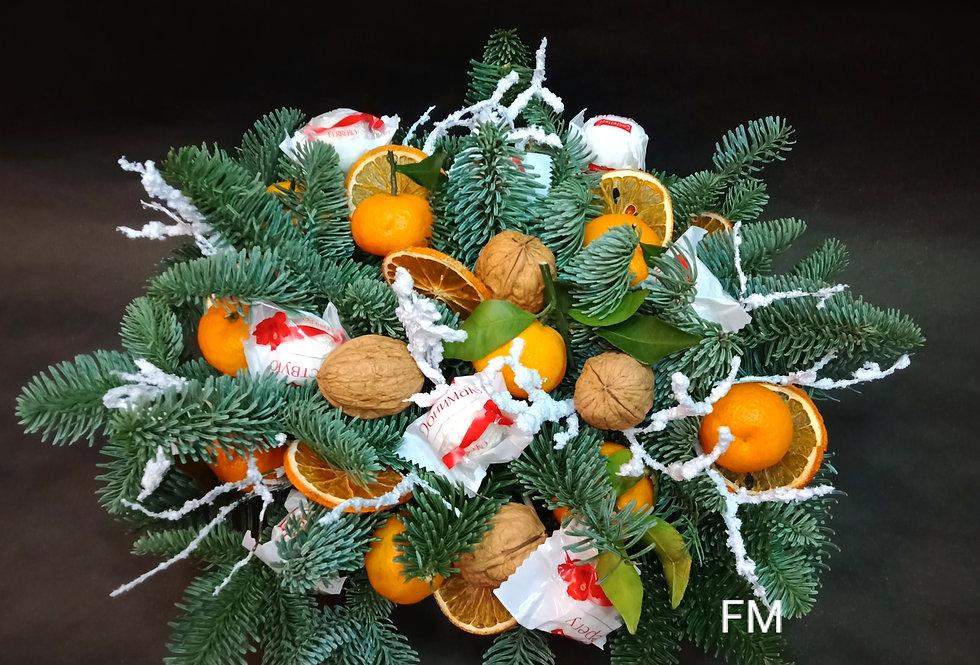 Новогодняя композиция из живых еловых веток с мандаринами и орехами