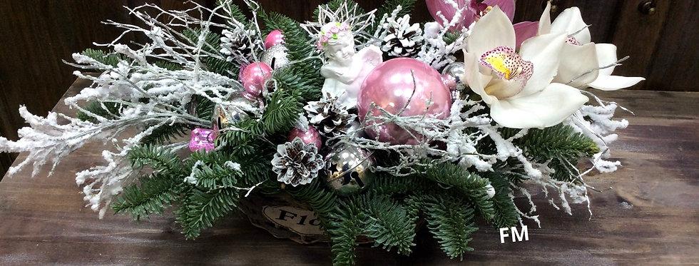 Новогодняя композиция из живых еловых веток с ангелом