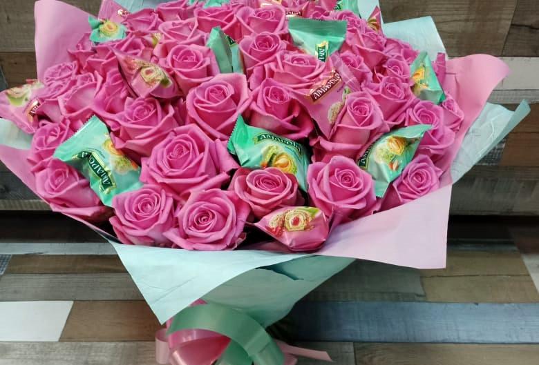 букет розовых роз с конфетами №3