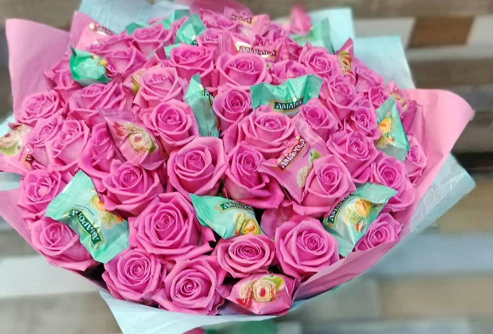 Розовые розы 51шт с конфетами