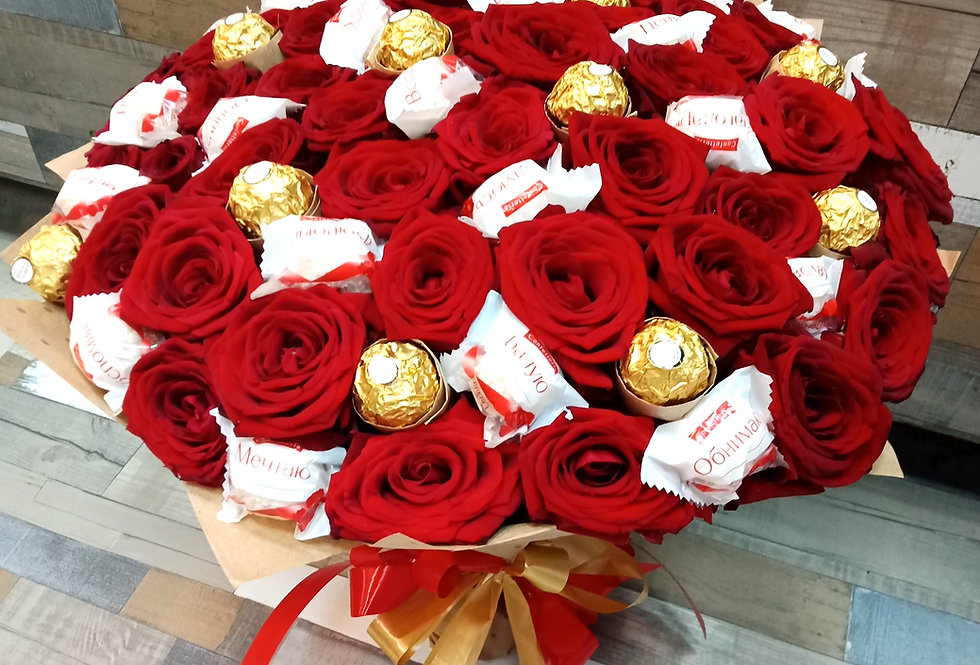 Бордовые розы с конфетами