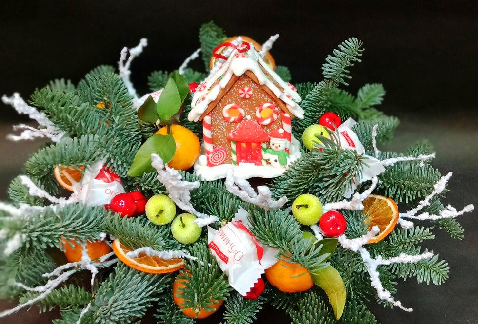 Новогодняя композиция из живых веток с мигающим домиком