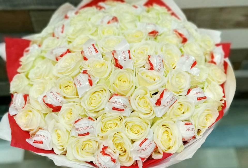 Белые розы с Raffaello