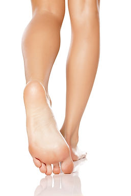 רגליים הולכות וחושפות כף רגל חלקה ויפה