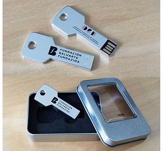 Memoria USB en forma de llave de 16GB de capacidad, de acabado en aluminio brillante y diseñada para llevar en el llavero. Presentada en estuche individual metálico con ventana y suave espuma troquelada.