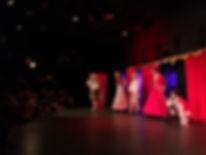 comédiens sur une scène de théâtre devant un public