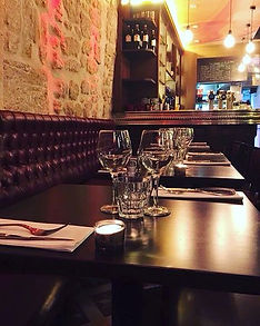 coueverts et verre sur une table de restaurant