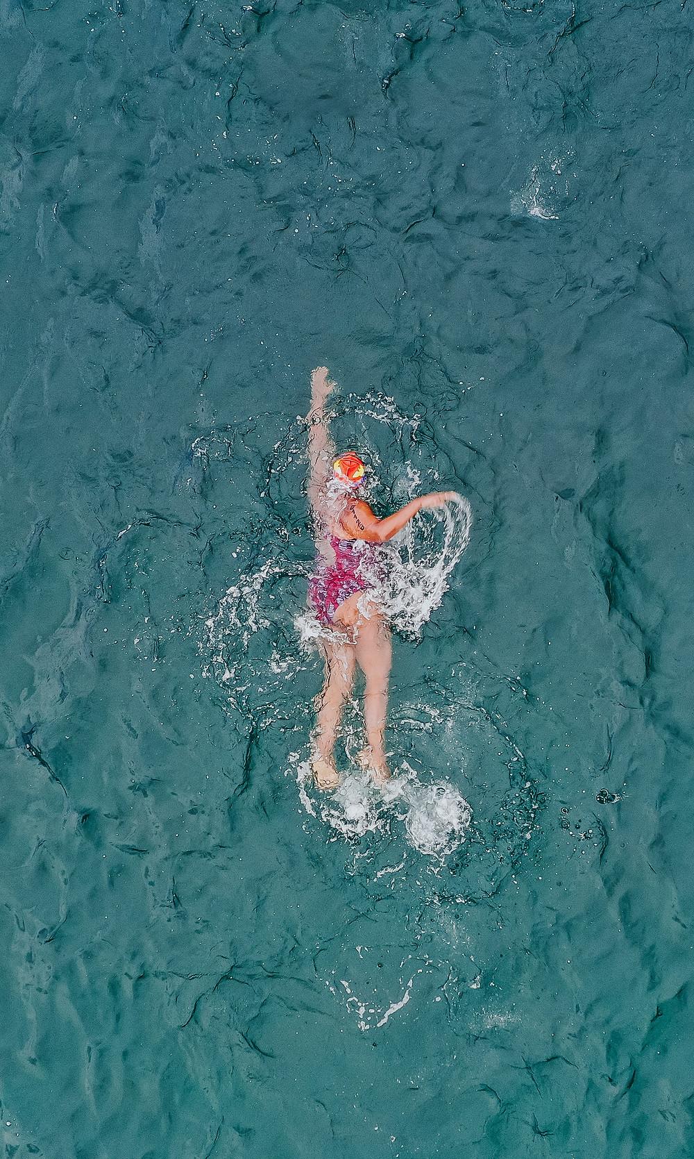 Woman-doing-strokes-in-ocean