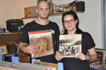 Casal de cuiabanos vende discos de vinil, fitas, CDs, gibis e até placas de carros antigas em sebo e