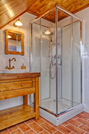 Sprchový kout v modré koupelně