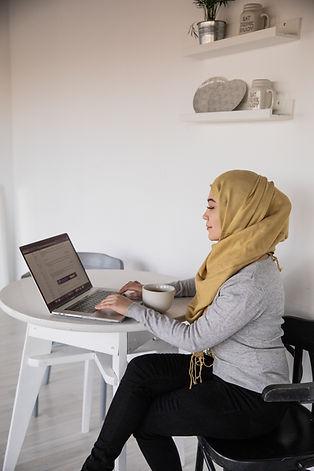 muslim-businesswoman-typing-on-laptop-du