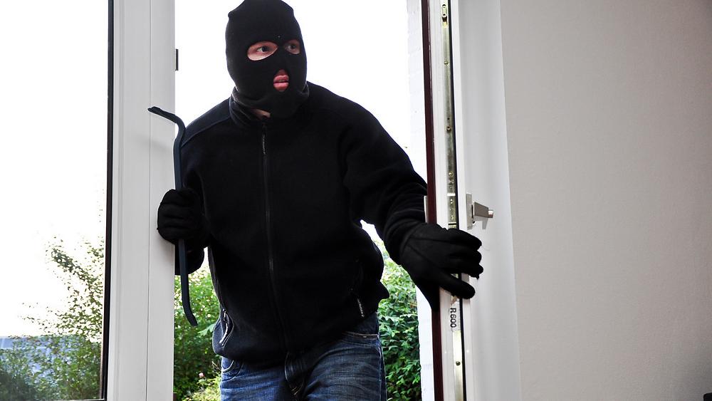 Einbrecher steigt durch Terrassentür ein