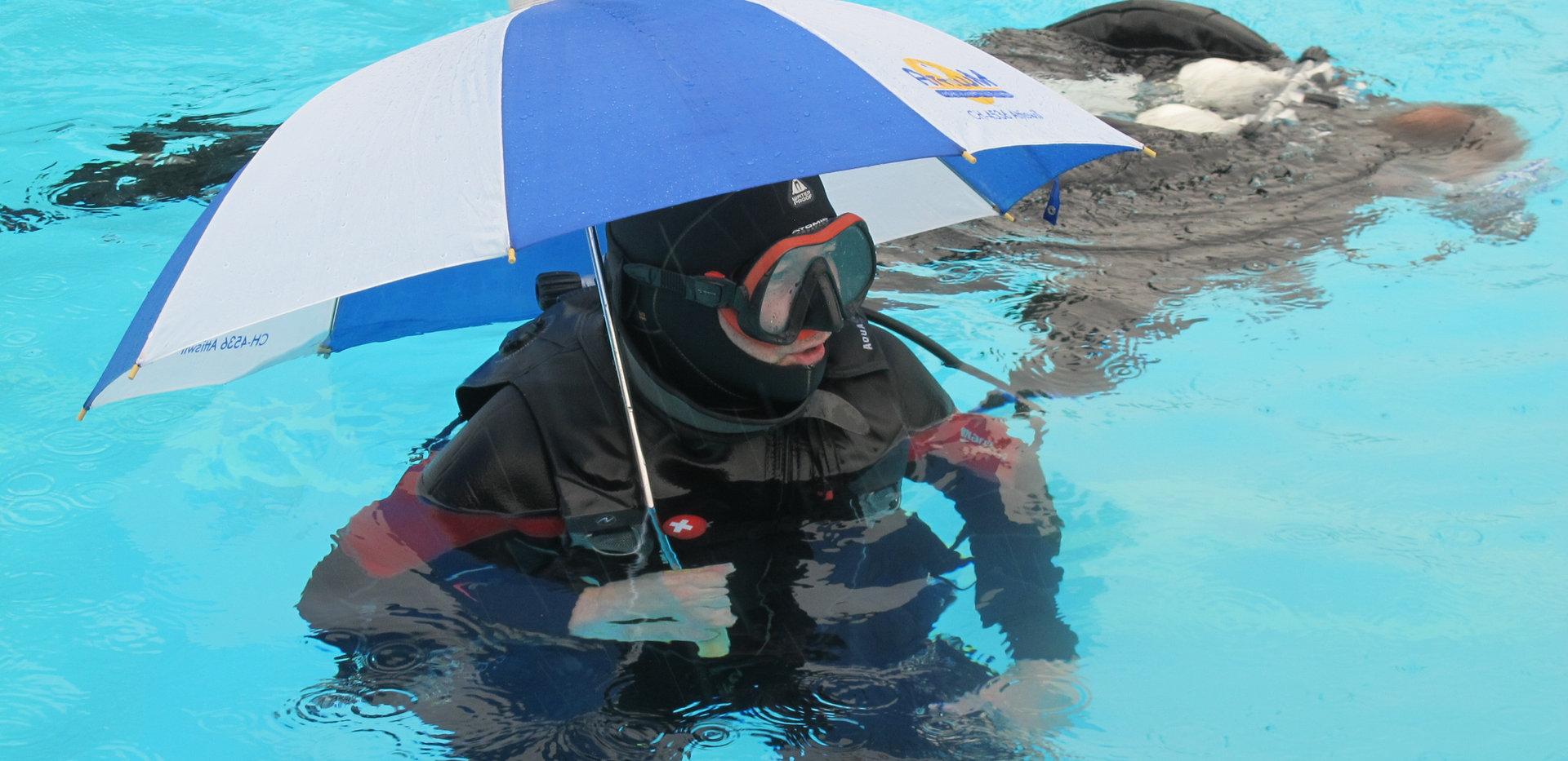 Muss sich ja vor dem Regen schützen
