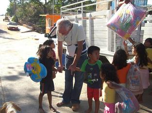 DR. STEVEN HOEFFLIN AND THE LITTLE CHILDREN FROM ISLA DE NINOS
