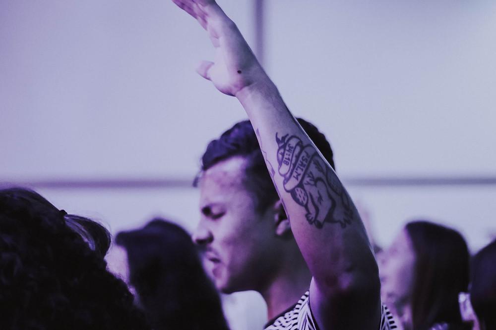 A contracultura é algo necessário na sociedade em que vivemos. Nós cristãos podemos ajudar a sarar a terra em que vivemos, vivendo o contrário do que o mundo entende como certo. Devemos viver os dizeres da Palavra de Deus, influenciando quem vive nas trevas, sendo luz por onde passamos.   Se vocês pertencessem ao mundo, ele os amaria como se fossem dele. Todavia, vocês não são do mundo, mas eu os escolhi, tirando-os do mundo; por isso o mundo os odeia. João 15:19  O mundo não suporta o que Deus tem para nós, criando falsas ilusões de felicidade. Festas com coisas ilícitas, álcool e músicas com teor duvidoso, nos levando para questões de caráter sexual, criam falsas sensações de liberdade, quando isso nos torna prisioneiros do mundo.  Com a busca em Deus, evitaríamos gravidez indesejada, mortes por alcoolismo ou overdose na juventude. O Pai nos dá a liberdade, seguindo seus princípios, encontraríamos uma vida plena e alegre. Ele nos ama como um Pai que só quer o nosso melhor e sabe como termos um futuro bem sucedido.  Vá sem medo, revolucionar é amar sem medidas. Estender a mão para quem necessita de ajuda e não julgar os errantes da sociedade.  Não se conforme com as coisas desse mundo e questione. Não desista do seu amigo que foge da Palavra de Deus, lembrando que quem convence é o Espírito Santo e somos meras armas na mão do Pai, para a transformação.  Não se amoldem ao padrão deste mundo, mas transformem-se pela renovação da sua mente, para que sejam capazes de experimentar e comprovar a boa, agradável e perfeita vontade de Deus.  Romanos 12:2  A revolução e a coragem não está em brigar. Mas está em amar, orar, louvar e jejuar.