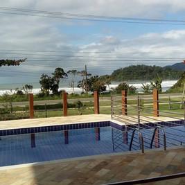 piscina frente mar