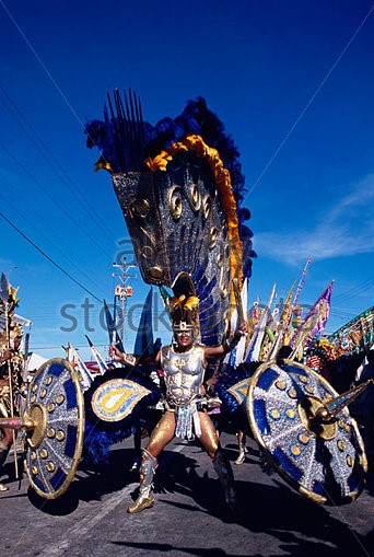 man-in-a-kings-costume-carnival-port-of-spain-trinidad-b21e7t