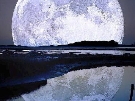 ירח מלא וכחול