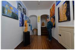 der Künstler in der Galerie