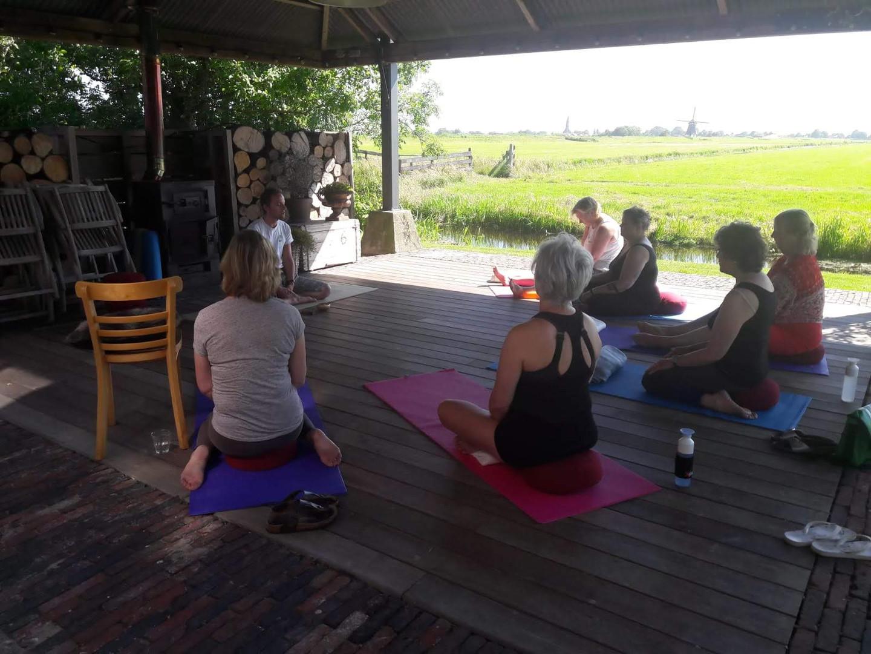 meditatie groep buiten