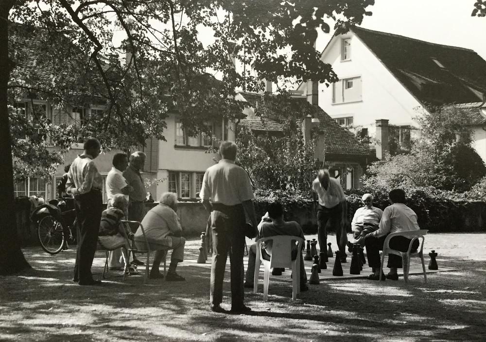 スイス、チューリッヒ。ズーリックがチューリッヒだと気がついたのは帰国後でした。 公園で巨大チェスを楽しむおじいさんたち。のんびりした時間ながら南欧のような冗長さはなく整然とした街並みが印象的でした。