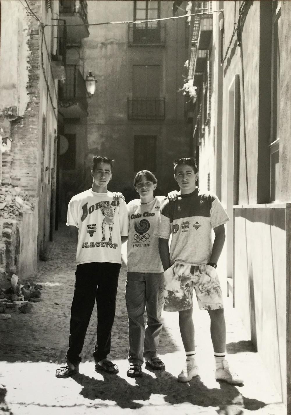 スペイン、コルドバ(多分w)の路上で。シノゴを三脚に付け担いで歩いているのが珍しかったのか少年たちが声をかけてきた。 その場でポラをあげてフイルムでも撮影。