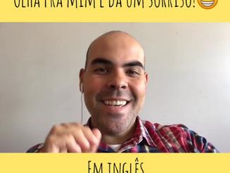 """Como dizer """"olha pra mim e dá um sorriso"""", em Inglês?"""
