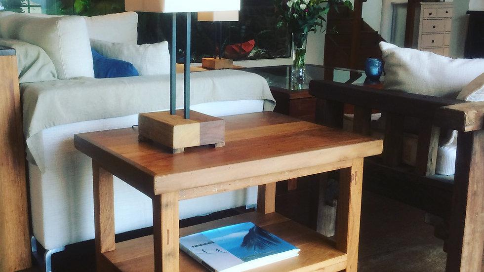 Mesa baixa com pé reto e prateleira - 70x50cm