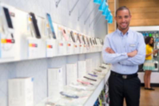 Hombre en Mobile Store