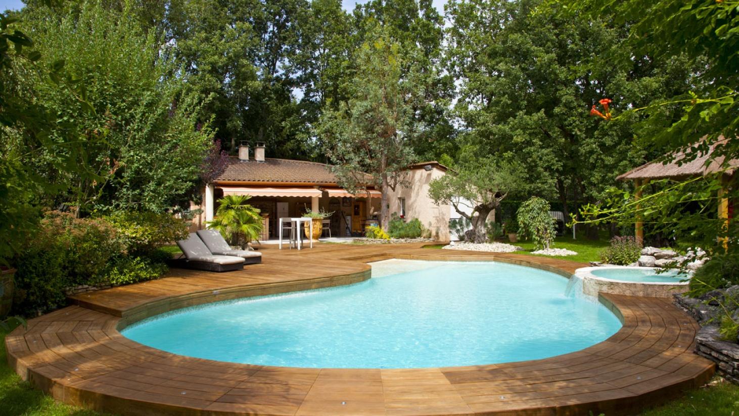 terrasse bois piscine haricot et spa