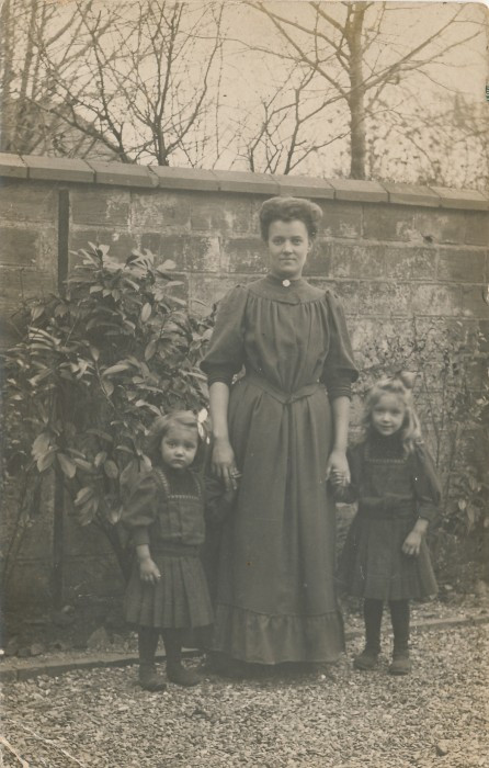 Alice Arents with daughters