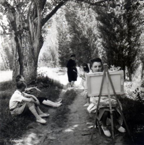 1947 Millau Helene painting outside