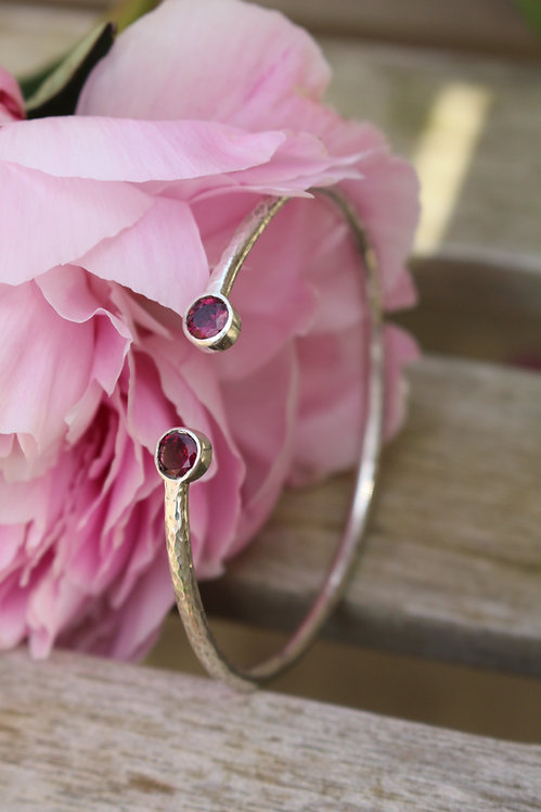 Silver Hammered Round Stone End Bangle