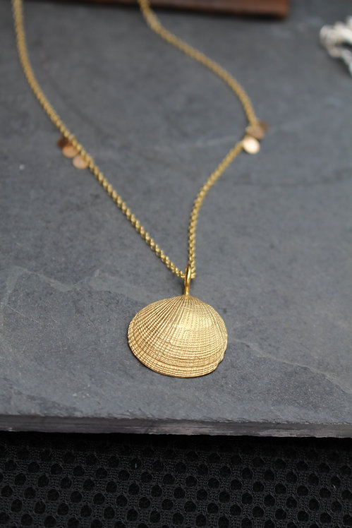 Sequin Chain & Gold Large Clam Shell Necklace