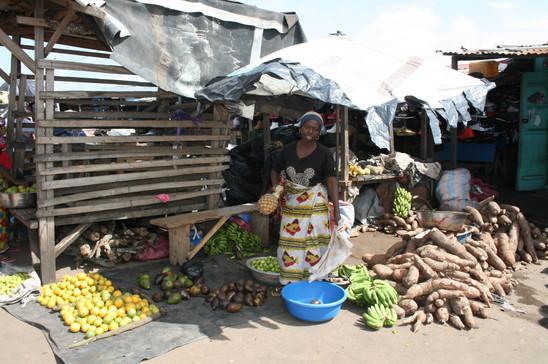 Groente en fruit verkoopster met maniok.