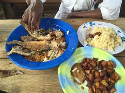 Dit zien wij graag op tafel staan:   Attiéke, gebakken vis, tomaten salade en alloko.  De groenige pasta naast de alloko is een soort sambal. Wij maken deze meestal van rode Madame Jeanette pepers en dat geeft een rode pasta.    Maak je geen zorgen, ik eet thuis niet met blote handen van plastic borden. Ik ben hier met Amandine in een maquis (eettentje) in Yamoussoukro. Het was lekker. Al checkte ze de volgende dag nog wel voor de zekerheid of ik er niet ziek van was geworden. Nee dus.
