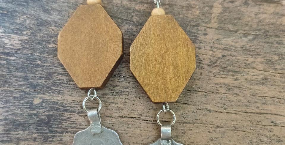 Wood & coin dangaler