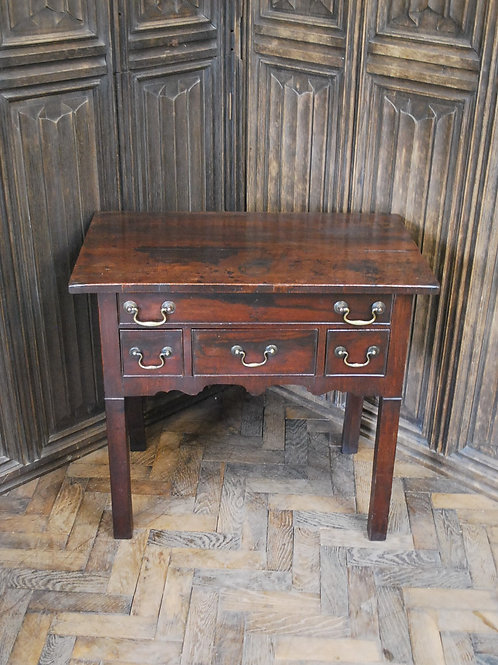 Antique Chippendale period lowboy/sidetable