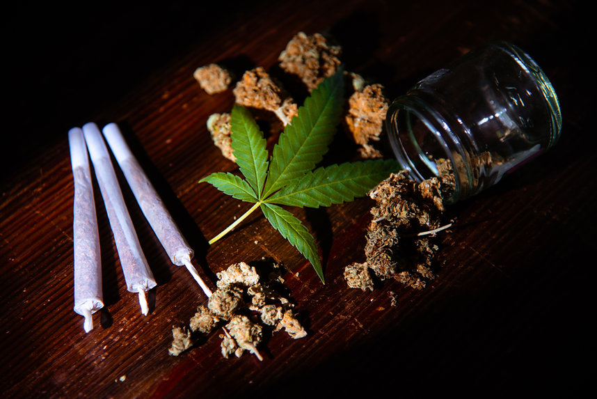 Buds-joints-and-a-cannabis-leaf-343861.j