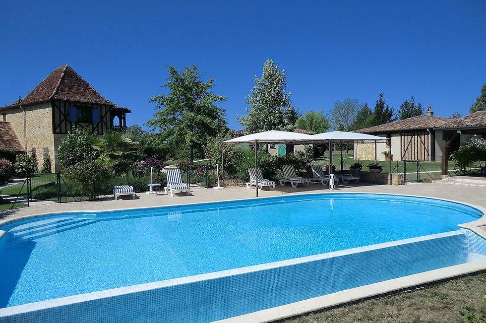 Blick über den Pool und das Gelände des Au Jardin Fleuri